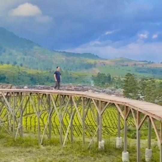 Abaikan modelnya, fokuslah pada bagaimana alam begitu indah Allah ciptakan #desawisata #tarumajaya #bandung #wisatabandung #instavideo #nature #instadaily #instagram #pemandangan #healing #reels #relax